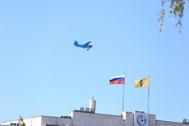 Маленький самолёт прожужжал над зданием правительства