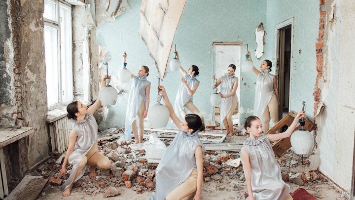 Красота на развалинах. Девушки танцуют в страшном заброшенном здании — 15 впечатляющих кадров