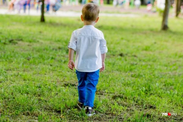 В Ярославле малыш шёл в другой конец города совершенно один
