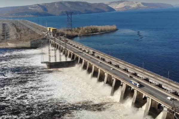 Водосливную плотину начали открывать еще в марте