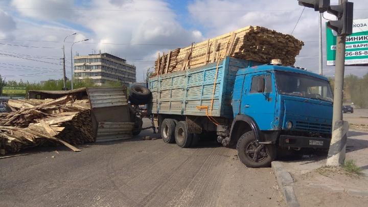 В Волгограде опрокинувшийся грузовик с лесом перекрыл Вторую Продольную