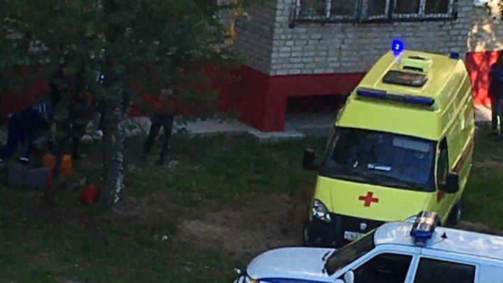 Промышленный альпинист сорвался с крыши пятиэтажки в Тобольске