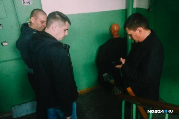 Обвиняемый — лысый мужчина слева. Фото сделано во время следственного эксперимента в 2019 году