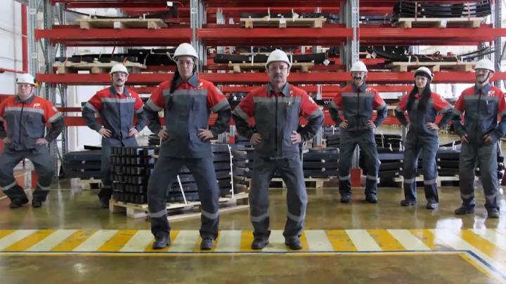 «Крутые металлурги не унывают»: рабочие чусовского завода сняли клип на песню Little Big