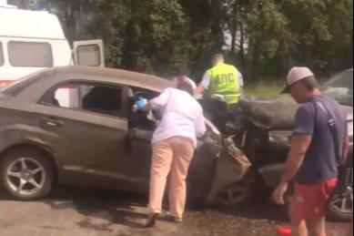 «Два человека в реанимации»: на трассе Углич — Ростов произошло лобовое ДТП. Видео