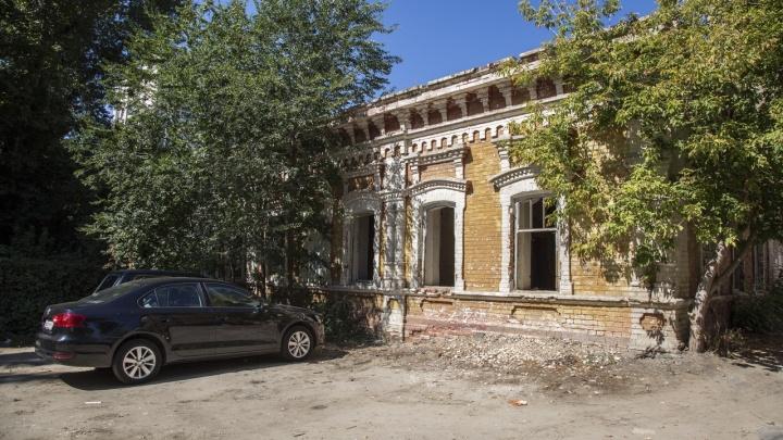 Разрушающийся дом-памятник у ТЮЗа Волгограда возьмут под государственную охрану