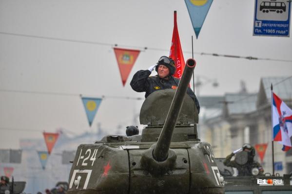 В 2018 году колонну техники возглавлял танк Т-34
