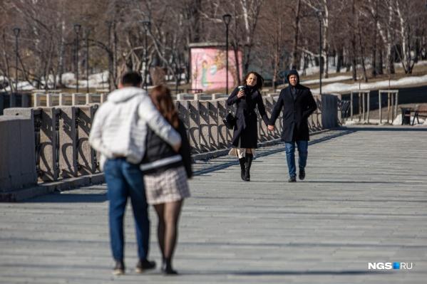 Многие новосибирцы и без разрешений властей продолжают гулять по городу