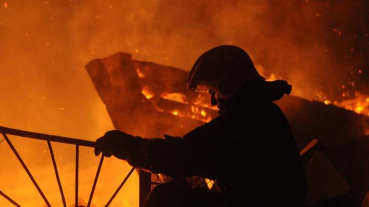 В Дзержинском районе загорелся частный двухэтажный дом