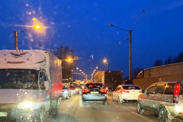 В вечернее время машины стояли в пробке в обе стороны