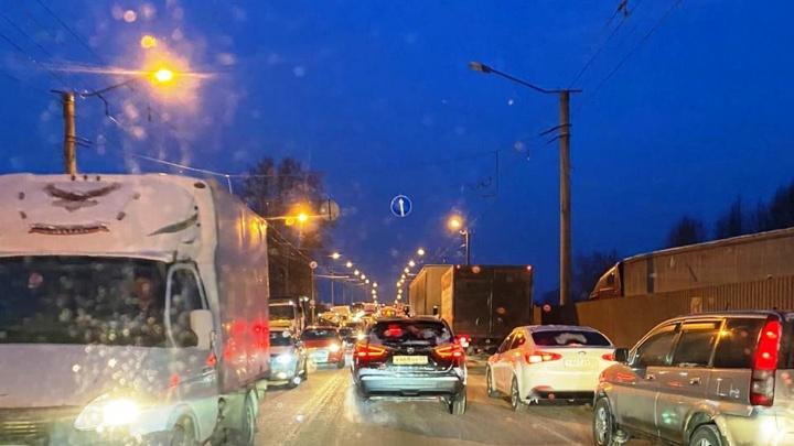 На Кирова возникли пробки из-за нового светофора. В мэрии рассказали, когда это исправят