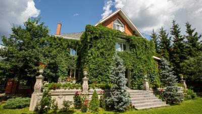 «Дом сам на себя зарабатывает»: семья построила замок с «секретным садом» и европейской улицей. Что там внутри?