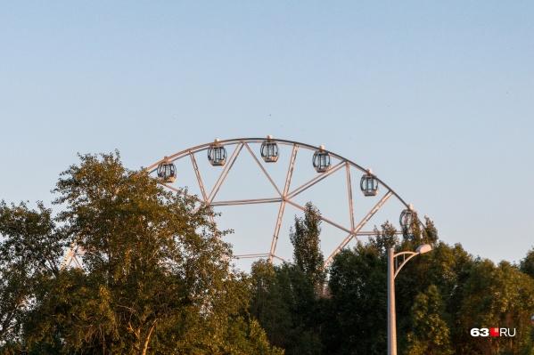 Одно колесо обозрения уже работает в парке Гагарина