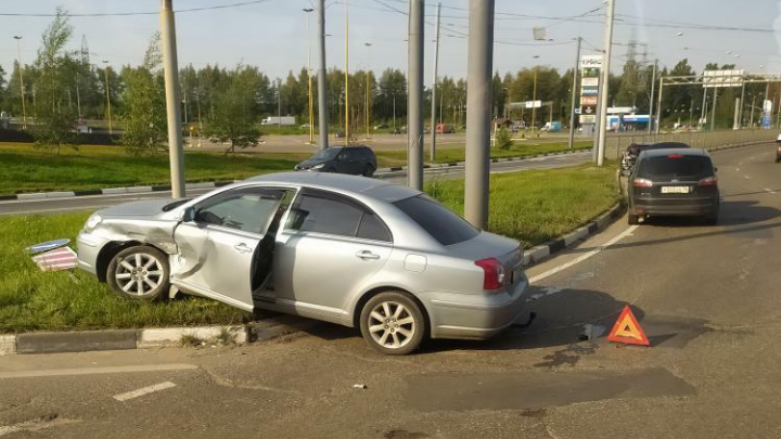 Машины раскидало по дороге: в Ярославле пробка заблокировала выезд из Брагино