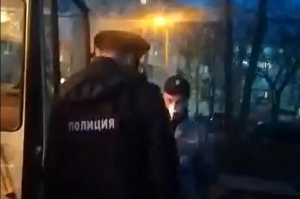 Людей увозили полицейские и медики