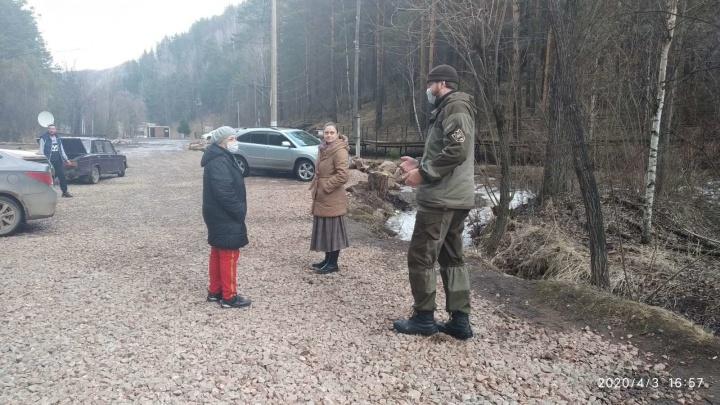 «Оскорбляли инспекторов и шли на конфликт»: в теплые выходные туристов выгоняли со «Столбов» с полицией