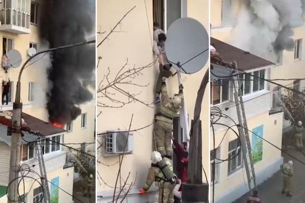 Жители верхних этажей эвакуировались на козырек балкона