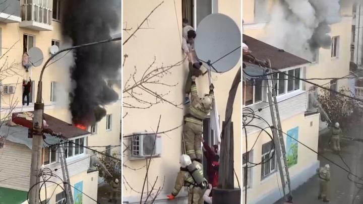 Ребенка спускали через окно: появилось видео спасения людей в пожаре у здания правительства