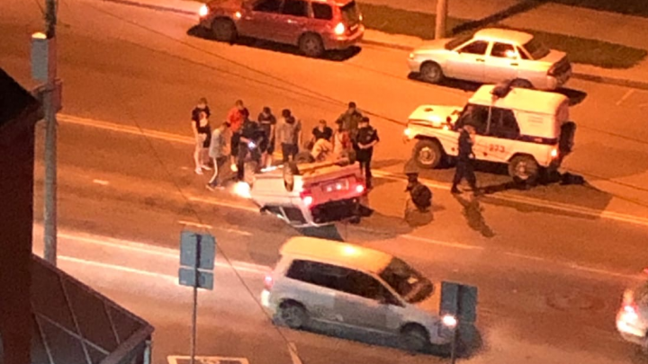 «Мазда» наехала на разделяющий бордюр, снесла знак и опрокинулась в Кировском районе