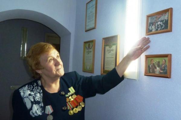 Диана Иосифовна рассказывает о своей истории, фото сделано несколько лет назад
