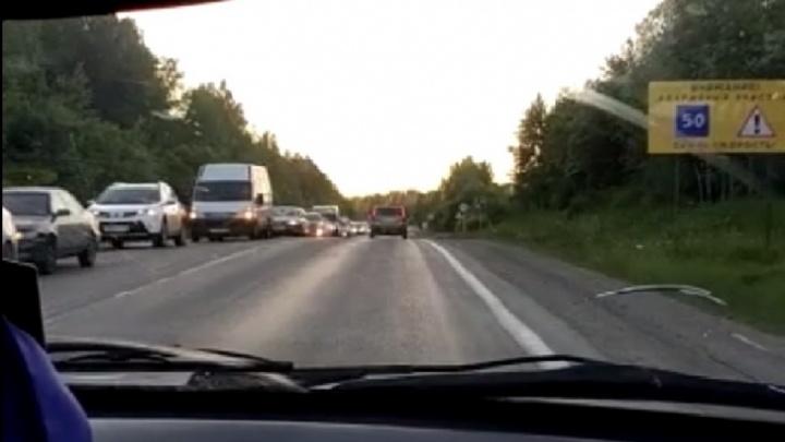 Екатеринбуржцы встали в многокилометровую пробку на выезде с Балтыма