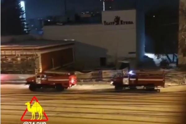На место прибыли пожарные и полиция