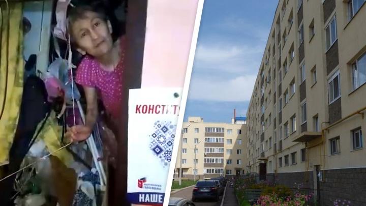 Соседи — об уфимке, которая захламила квартиру мусором: «На критику она бросается молотком»