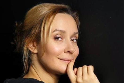 В фильме Евгения играет эпатажную владелицу отеля