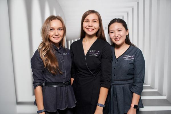 Стоматологи-ортодонтыiDent Smile: АнастасияШилкина (слева), Анна Жукова (в центре), Алина Корякина (справа)