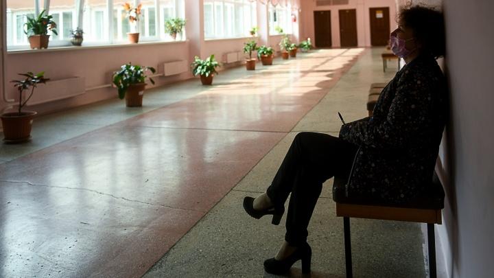 Конец учебного года в опустевшей школе: фоторепортаж из екатеринбургской гимназии без учеников