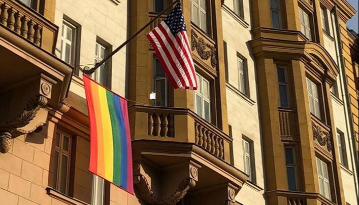 Генконсульство США в Екатеринбурге поддержало коллег, которые вывесили радужный флаг в Москве