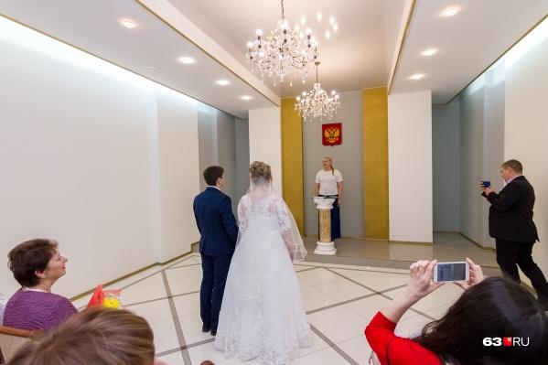 """Желающим провести пышную церемонию бракосочетания в ноябре-декабре <nobr class=""""_"""">2020 года</nobr> рекомендуют перенести дату регистрации на более поздний период"""