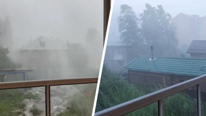 Бердск накрыло ураганом: из-за сильного ветра пошёл горизонтальный дождь