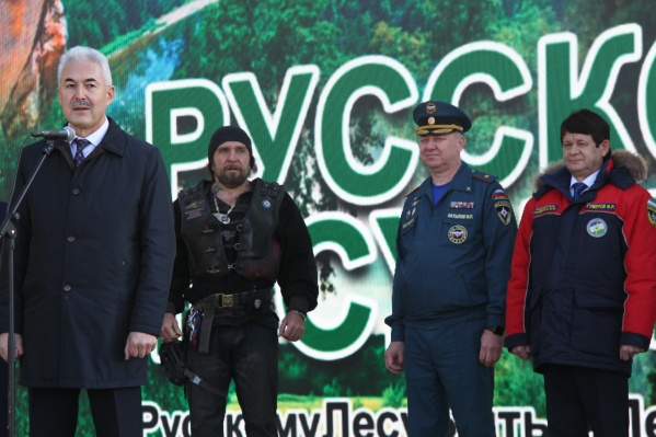 На заднем плане можно увидеть Хирурга, главу МЧС и председателя ГКЧС Башкирии