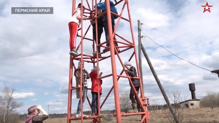 В Прикамье дети могли отправить домашку только с вышки связи. Наказать решили педагога, рассказавшую о ситуации
