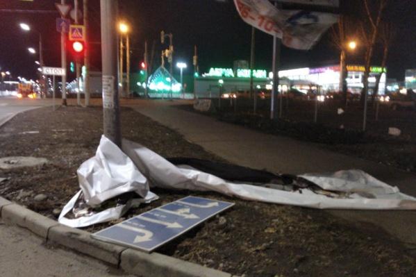 Ветер валил рекламные баннеры и дорожные знаки