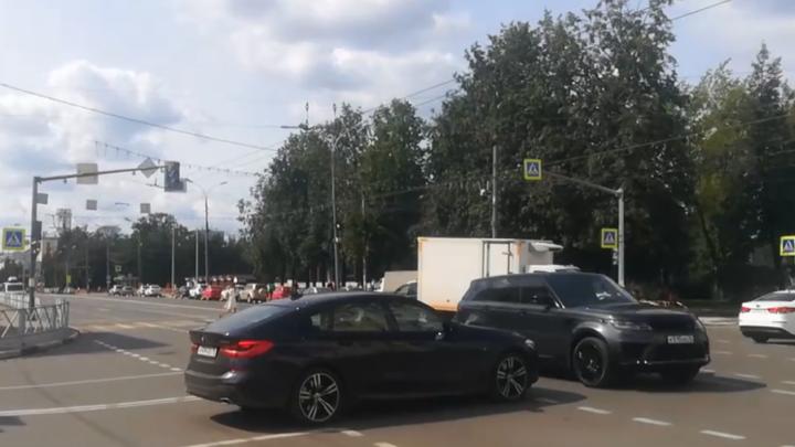 «Здесь хаос»: в Ярославле на оживленном перекрестке выключили светофоры. Видео