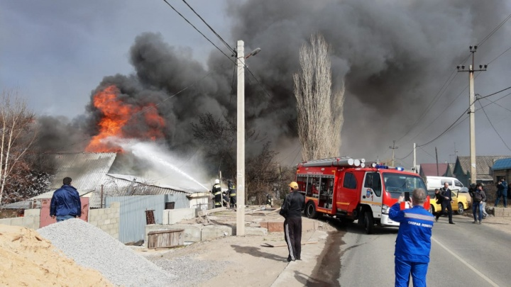 Природный пожар в Волгограде перекинулся на жилые дома