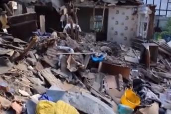 Недовольный житель Мочище снёс соседский дом. Две семьи с 6 детьми остались без крыши над головой