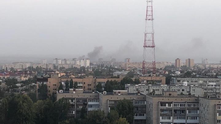 «В дыму весь центр города»: в Волгограде загорелся овраг возле храма
