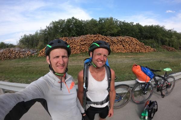Виталий (слева) и Павел проехали на велосипедах за выходные больше 500 километров