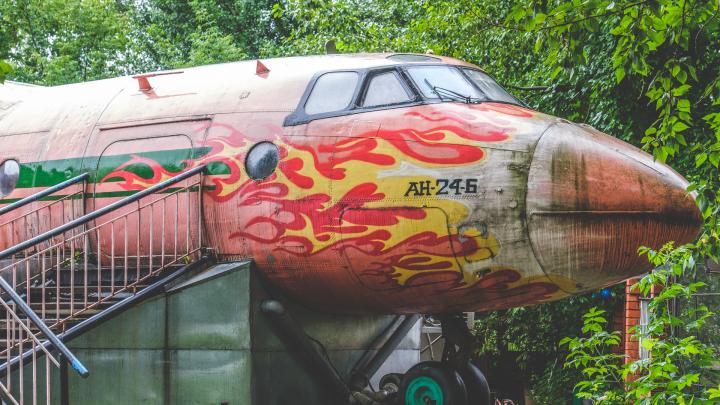 Как появился самолет в сквере Миндовского и почему в нем ресторан: рассказываем его историю