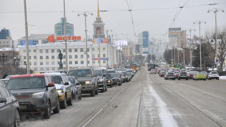 Снегопад в Екатеринбурге устроил большие пробки и свыше десятка ДТП