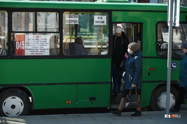 В часы пик в Екатеринбурге людей в транспорт набивается так много, что речь о социальном дистанцировании не может идти