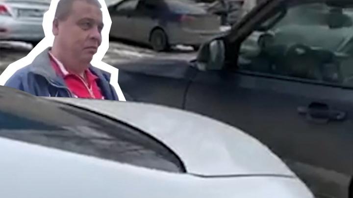 «Орал, что я курица»: челябинец заблокировал машину, занявшую «персональное» место в центре города