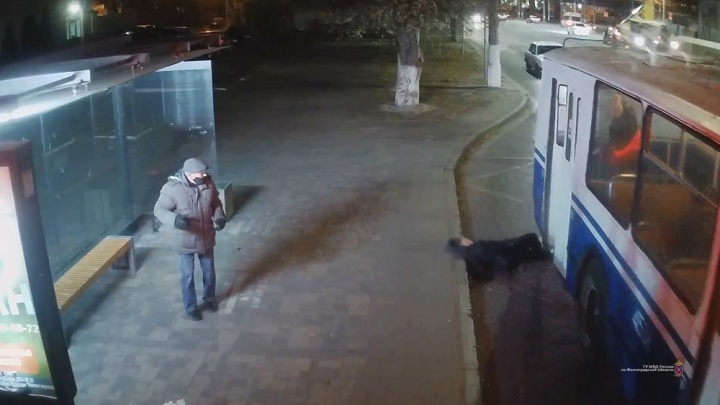 В Волгограде пенсионерка разбила голову при посадке в троллейбус: опубликовано видео