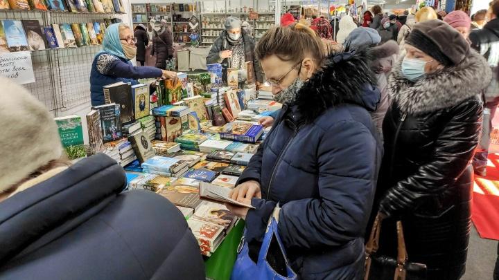 Пенсионеры с масками на подбородке: репортаж NN.RU c многолюдной православной ярмарки