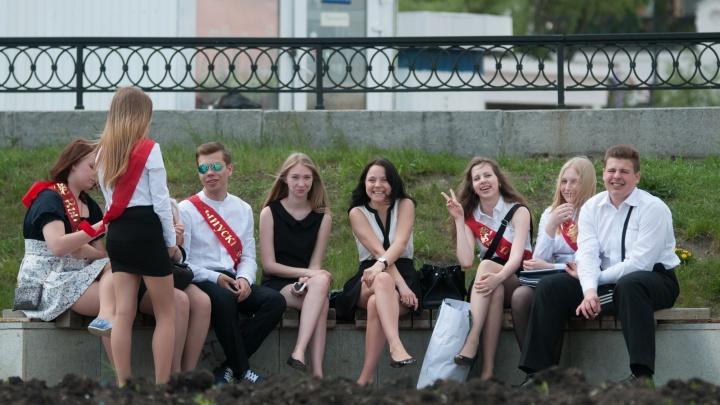 «Многие ревут сутками напролет»: екатеринбургские подростки и их родители остались без выпускных
