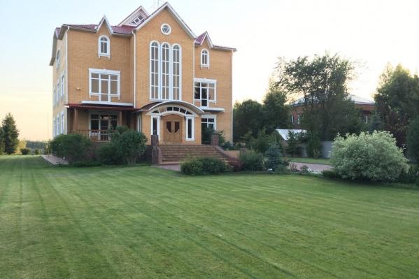 Дом стоит на огромном участке