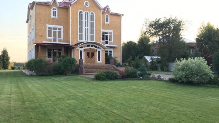 Под Омском за 70 миллионов продают коттедж с обилием лепнины, гигантскими окнами и белым роялем